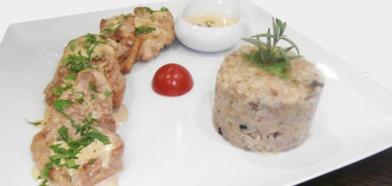Οι συνταγές των σεφ μας: Χοιρινά μενταγιόν με κρεμμώδη σάλτσα παρμεζάνας & ριζότο μανιταριών.